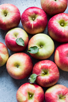 Red Honeycrisp apples, overhead view 11015298316| 写真素材・ストックフォト・画像・イラスト素材|アマナイメージズ