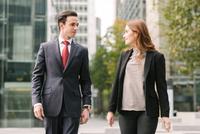 Business people walking in city talking 11015298340| 写真素材・ストックフォト・画像・イラスト素材|アマナイメージズ