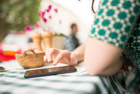 Cropped view of woman at pavement cafe using smartphone 11015298393| 写真素材・ストックフォト・画像・イラスト素材|アマナイメージズ