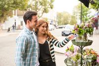 Couple at florist shop 11015298403| 写真素材・ストックフォト・画像・イラスト素材|アマナイメージズ