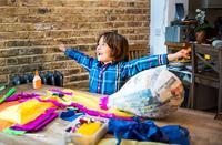 Boy decorating pinata at home 11015298479| 写真素材・ストックフォト・画像・イラスト素材|アマナイメージズ