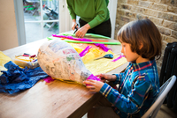 Mother and son decorating pinata at home 11015298480| 写真素材・ストックフォト・画像・イラスト素材|アマナイメージズ