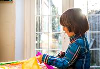 Boy cutting crepe paper to make pinata 11015298486| 写真素材・ストックフォト・画像・イラスト素材|アマナイメージズ