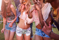Group of friends at festival, covered in colourful powder paint, mid section 11015298602| 写真素材・ストックフォト・画像・イラスト素材|アマナイメージズ