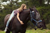 Girl sitting bareback on horse in forest glade, Sattelbergalm, Tyrol, Austria 11015298695| 写真素材・ストックフォト・画像・イラスト素材|アマナイメージズ