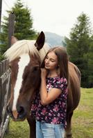 Girl petting palomino horse in field, Sattelbergalm, Tyrol, Austria 11015298697| 写真素材・ストックフォト・画像・イラスト素材|アマナイメージズ