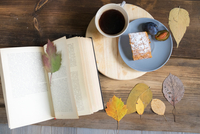 Overhead view of coffee and cake with book and autumn leaves 11015298808| 写真素材・ストックフォト・画像・イラスト素材|アマナイメージズ
