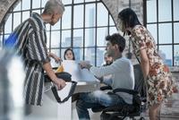 Colleagues in brainstorming meeting 11015301049| 写真素材・ストックフォト・画像・イラスト素材|アマナイメージズ