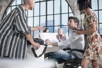 Colleagues in brainstorming meeting 11015301050| 写真素材・ストックフォト・画像・イラスト素材|アマナイメージズ