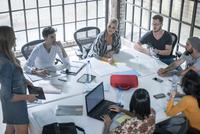 Colleagues in brainstorming meeting 11015301054| 写真素材・ストックフォト・画像・イラスト素材|アマナイメージズ