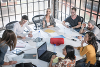 Colleagues in brainstorming meeting 11015301055| 写真素材・ストックフォト・画像・イラスト素材|アマナイメージズ