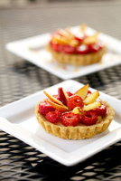 Raspberry tart on white plate, close-up 11015301131| 写真素材・ストックフォト・画像・イラスト素材|アマナイメージズ