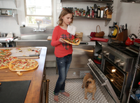 Young girl in kitchen, putting pizza in oven 11015301850| 写真素材・ストックフォト・画像・イラスト素材|アマナイメージズ