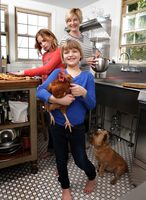 Mother and daughters in kitchen preparing folder, younger daughter holding pet chicken 11015301853| 写真素材・ストックフォト・画像・イラスト素材|アマナイメージズ