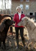 Portrait of mid adult woman standing with ponies 11015301863| 写真素材・ストックフォト・画像・イラスト素材|アマナイメージズ