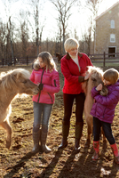 Mother and two daughters, outdoors, standing with ponies 11015301877| 写真素材・ストックフォト・画像・イラスト素材|アマナイメージズ