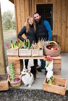 Portrait of mid adult couple at organic farm shop 11015302022| 写真素材・ストックフォト・画像・イラスト素材|アマナイメージズ