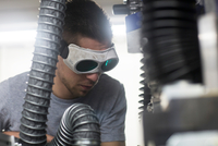 Engineer, wearing safety goggles, working in engineering plant 11015302127| 写真素材・ストックフォト・画像・イラスト素材|アマナイメージズ