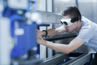 Engineer, wearing safety goggles, working in engineering plant 11015302131| 写真素材・ストックフォト・画像・イラスト素材|アマナイメージズ