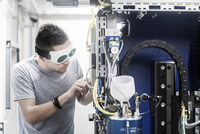 Engineer, wearing safety goggles, working in engineering plant 11015302135| 写真素材・ストックフォト・画像・イラスト素材|アマナイメージズ