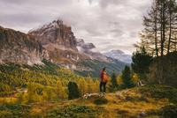Hiker enjoying scenery, Mount Lagazuoi, Dolomite Alps, South Tyrol, Italy 11015302295| 写真素材・ストックフォト・画像・イラスト素材|アマナイメージズ
