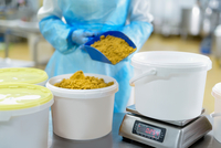Worker weighing curry powder in Asian food factory 11015302349| 写真素材・ストックフォト・画像・イラスト素材|アマナイメージズ