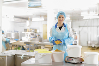 Portrait of female worker weighing curry powder in Asian food factory 11015302350| 写真素材・ストックフォト・画像・イラスト素材|アマナイメージズ