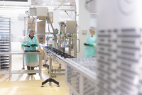 Ready-made meal production line in Asian food factory 11015302354| 写真素材・ストックフォト・画像・イラスト素材|アマナイメージズ