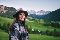Woman looking into distance, Santa Maddalena, Dolomite Alps, Val di Funes (Funes Valley), South Tyrol, Italy 11015302368| 写真素材・ストックフォト・画像・イラスト素材|アマナイメージズ
