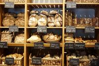 Fresh bread on shelves in bakery, Berlin, Germany 11015302485| 写真素材・ストックフォト・画像・イラスト素材|アマナイメージズ