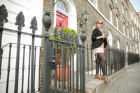 Businesswoman on way to work, London 11015302877| 写真素材・ストックフォト・画像・イラスト素材|アマナイメージズ
