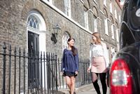 Businesswomen on way to work, London 11015302879| 写真素材・ストックフォト・画像・イラスト素材|アマナイメージズ