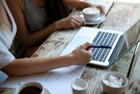 Businesswomen having meeting in coffee bar, London 11015302891| 写真素材・ストックフォト・画像・イラスト素材|アマナイメージズ