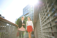 Businesswomen on way to meeting, London 11015302914| 写真素材・ストックフォト・画像・イラスト素材|アマナイメージズ
