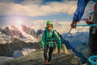 Climbing couple climbing ridge at Mont Savoie, France 11015302991| 写真素材・ストックフォト・画像・イラスト素材|アマナイメージズ