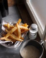 Hand cut chips and salt shaker 11015303170| 写真素材・ストックフォト・画像・イラスト素材|アマナイメージズ