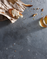 Goats cheese crouton and glass of beer 11015303176| 写真素材・ストックフォト・画像・イラスト素材|アマナイメージズ