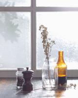 Condiments and vase on windowsill 11015303177| 写真素材・ストックフォト・画像・イラスト素材|アマナイメージズ