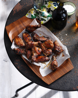 Spicy chicken wings on serving tray 11015303178| 写真素材・ストックフォト・画像・イラスト素材|アマナイメージズ