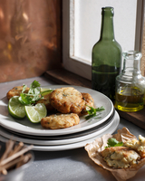 Crab cakes with lime slices on plate 11015303179| 写真素材・ストックフォト・画像・イラスト素材|アマナイメージズ