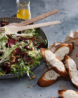 Beetroot, goats cheese and walnut salad with cheesy croutons 11015303182| 写真素材・ストックフォト・画像・イラスト素材|アマナイメージズ