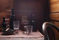 Beer bottles and glasses on table 11015303184| 写真素材・ストックフォト・画像・イラスト素材|アマナイメージズ