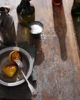 Salt and lemon on wooden table 11015303186| 写真素材・ストックフォト・画像・イラスト素材|アマナイメージズ