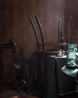 Chair upside down on table in restaurant 11015303187| 写真素材・ストックフォト・画像・イラスト素材|アマナイメージズ