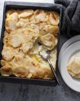 Potato gratin in baking tray 11015303190| 写真素材・ストックフォト・画像・イラスト素材|アマナイメージズ
