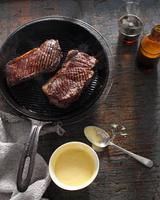 Sirloin steak in frying pan with bearnaise sauce 11015303193| 写真素材・ストックフォト・画像・イラスト素材|アマナイメージズ