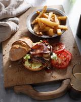 Burger with hand cut chips 11015303197| 写真素材・ストックフォト・画像・イラスト素材|アマナイメージズ