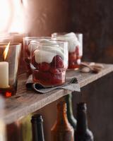 Strawberry romanoff in glasses on shelf 11015303198| 写真素材・ストックフォト・画像・イラスト素材|アマナイメージズ