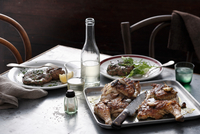 Bistro meal of roast spatchcock and calf liver with white wine on table 11015303204| 写真素材・ストックフォト・画像・イラスト素材|アマナイメージズ