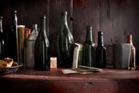 Empty vintage beer bottles and playing cards on pub shelf 11015303205| 写真素材・ストックフォト・画像・イラスト素材|アマナイメージズ